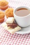 Chocolate, té y mollete en tela de la tela escocesa Foto de archivo libre de regalías