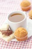 Chocolate, té y mollete en tela de la tela escocesa Fotos de archivo libres de regalías