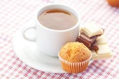 Chocolate, té y mollete en tela de la tela escocesa Fotografía de archivo