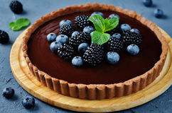 Chocolate tart with blackberries and blueberries Royalty Free Stock Photography