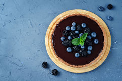 Chocolate tart with blackberries and blueberries Royalty Free Stock Images