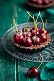 Chocolate tarts with fresh sweet cherry Royalty Free Stock Photos