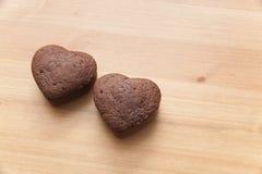 Chocolate Valentine Cake en la tabla de madera Fotos de archivo