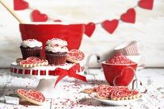 Chocolate Valentine Cupcakes y galletas imagenes de archivo