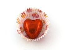 Chocolate vermelho do coração na caixa de papel do bolo fotografia de stock