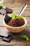 Chocolate y cacao oscuros en la tabla de madera Fotos de archivo