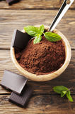 Chocolate y cacao oscuros en la tabla de madera Imagenes de archivo