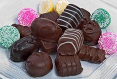 Chocolate y caramelos de menta en colores pastel Fotografía de archivo libre de regalías