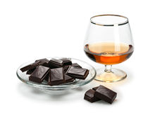 Chocolate y coñac en cristalería se aísla en blanco Foto de archivo libre de regalías