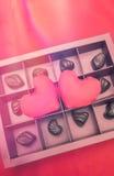 Chocolate y corazón en fondo rojo Día de tarjeta del día de San Valentín Imagen de archivo