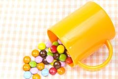 Chocolate y taza coloridos Foto de archivo libre de regalías