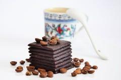 Chocolate y taza de café unfocused fotografía de archivo