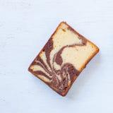 Chocolated y torta de mármol de la mantequilla amarilla Foto de archivo libre de regalías