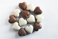 Chocolates blancos y marrones Fotos de archivo libres de regalías