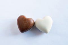 Chocolates brancos e marrons Fotografia de Stock Royalty Free