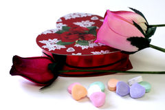 Chocolates, caramelos del corazón, y rosas de madera Foto de archivo libre de regalías
