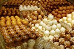 Chocolates clasificados en pilas de la tienda fotografía de archivo libre de regalías