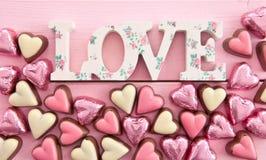 Chocolates coloridos na coração-forma Fotografia de Stock Royalty Free