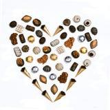 Chocolates da forma do coração arranjados Imagens de Stock Royalty Free