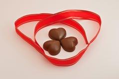 Chocolates dados forma coração imagens de stock