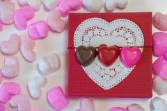 Chocolates dados forma coração em uma caixa de presente Fotos de Stock
