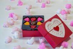 Chocolates dados forma coração em uma caixa de presente Imagem de Stock Royalty Free