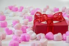 Chocolates dados forma coração em uma caixa de presente Imagens de Stock