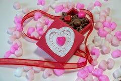 Chocolates dados forma coração em uma caixa de presente Imagem de Stock