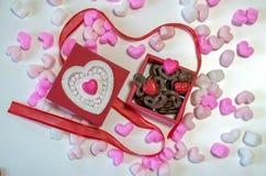 Chocolates dados forma coração em uma caixa de presente Foto de Stock Royalty Free