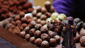 Chocolates de la Navidad en el contador del nuevo almacen de metraje de vídeo
