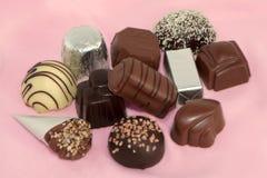 Chocolates de lujo en un fondo rosado 1 Imagenes de archivo