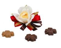Chocolates de Rosa e de trevo foto de stock