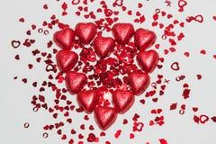Chocolates del corazón con los corazones minúsculos Imágenes de archivo libres de regalías