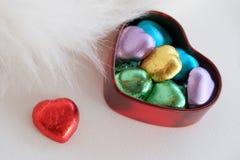 Chocolates del corazón Regalo del día de tarjeta del día de San Valentín Imágenes de archivo libres de regalías