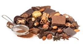Chocolates deliciosos isolados no fundo branco Fotografia de Stock Royalty Free