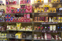 Chocolates e doces na loja fotos de stock