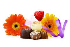 Chocolates e flores luxuosos por um dia especial fotos de stock