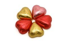 Chocolates en forma de corazón en embalajes del color foto de archivo
