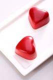 Chocolates en forma de corazón rojos Imagen de archivo libre de regalías