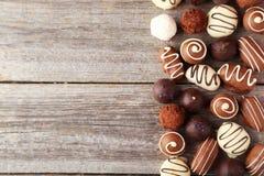 Chocolates en la placa en un fondo de madera gris Fotos de archivo libres de regalías