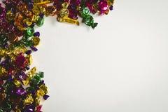 Chocolates envolvidos coloridos no fundo branco Foto de Stock