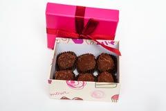 Chocolates feitos a mão em uma caixa de presente com curva dentro foto de stock