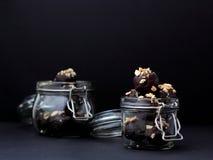 Chocolates hechos en casa en tarros fotografía de archivo libre de regalías