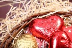 Chocolates hechos hogar llenos en cesta que teje Fotos de archivo libres de regalías