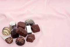 Chocolates luxuosos em um fundo cor-de-rosa 2 fotos de stock royalty free