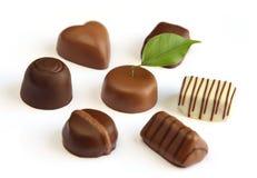 Chocolates luxuosos no fundo branco Imagem de Stock Royalty Free