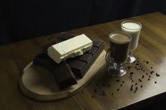 chocolates moldados preparados nas bebidas da tabela e de leite fotos de stock