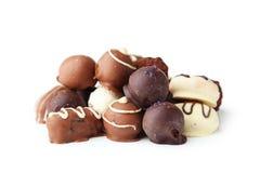 Chocolates na bacia no fundo branco Imagens de Stock Royalty Free