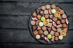 Chocolates na bandeja foto de stock