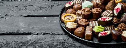 Chocolates na bandeja fotografia de stock royalty free